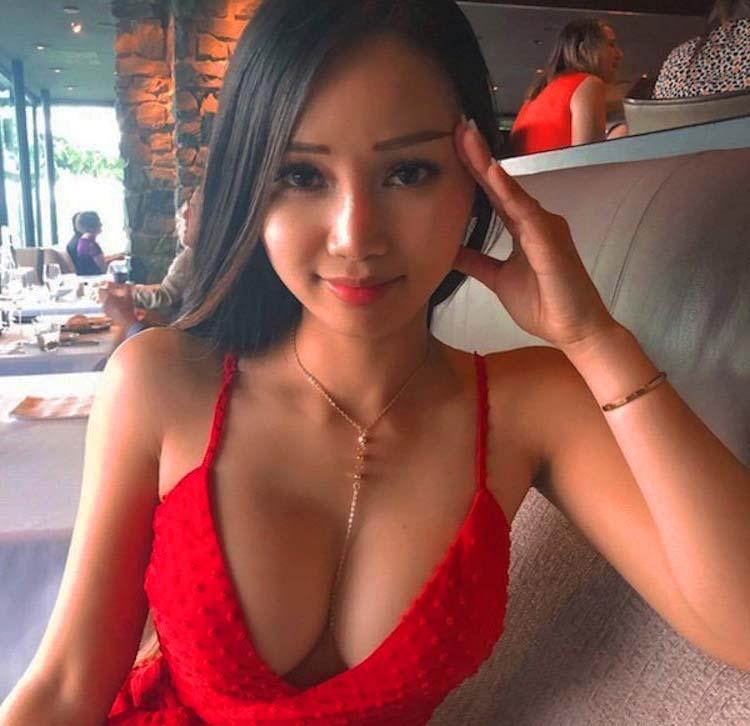 Belle francaise nue avec des gros seins naturels